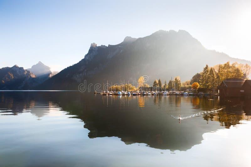 Lago con reflexiones en montañas de las montañas, Austria Traunsee imágenes de archivo libres de regalías