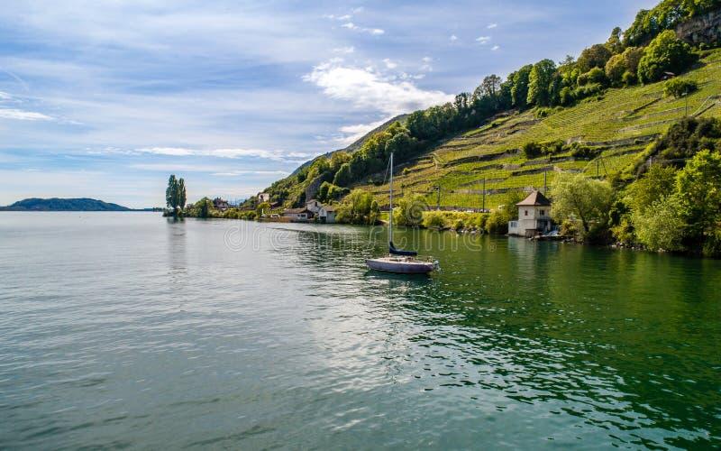 Lago con un barco imagen de archivo libre de regalías