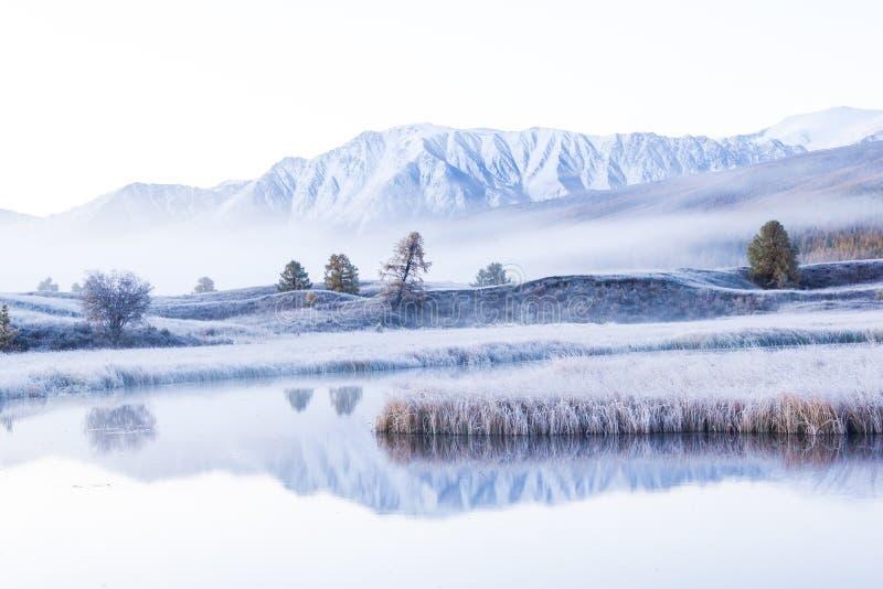 Lago con una reflexión de las montañas en la superficie del agua fotografía de archivo