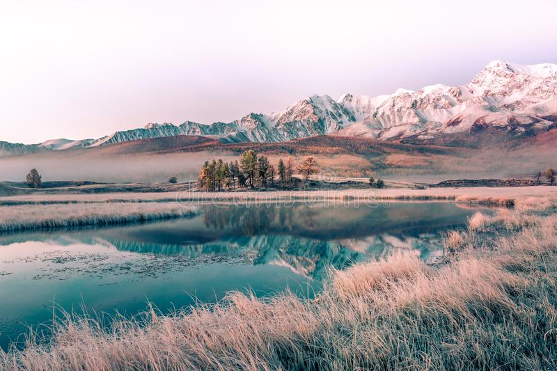 Lago con una reflexión de las montañas en la superficie del agua fotos de archivo libres de regalías