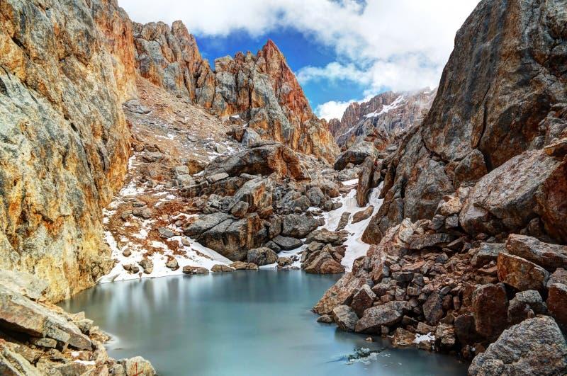 Lago congelado cercado Schalbus-Dag pela montanha, Daguestão, Cáucaso Rússia fotos de stock royalty free