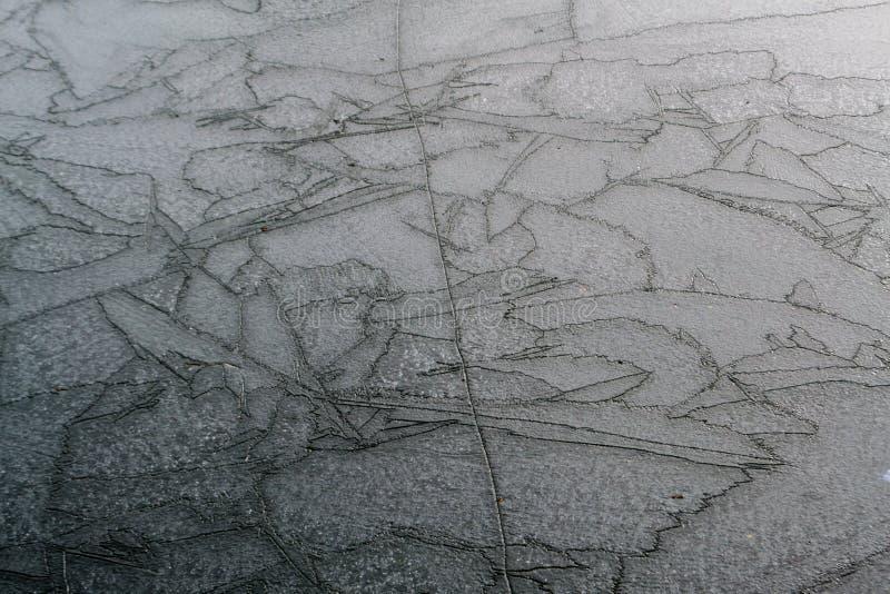 Lago congelado con las grietas imagenes de archivo