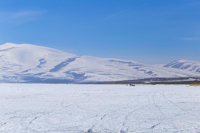 Lago congelado e Mountain View imagens de stock royalty free