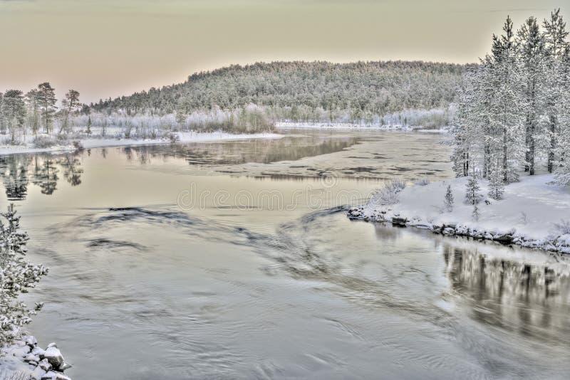 Lago congelado en Inari, Finlandia imagenes de archivo