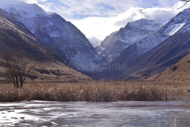 Lago congelado en un frío del valle de la montaña en el otoño foto de archivo