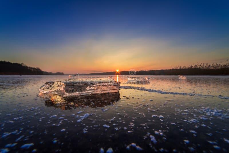 Lago congelado frío del invierno con el pedazo de hielo en el amanecer fotografía de archivo