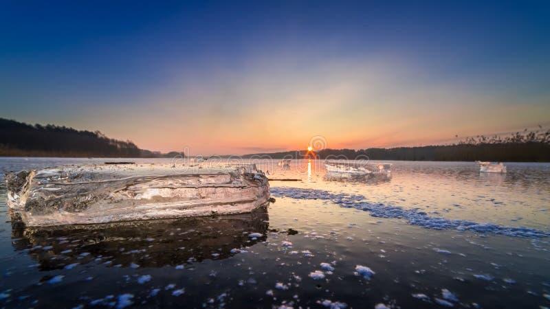 Lago congelado hermoso del invierno con el pedazo de hielo en el amanecer fotografía de archivo