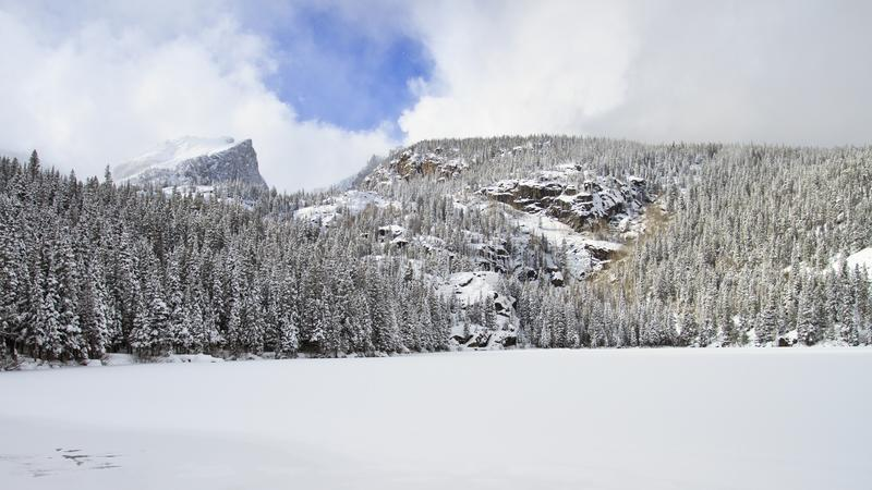 Lago congelado no inverno com as montanhas no fundo fotos de stock royalty free