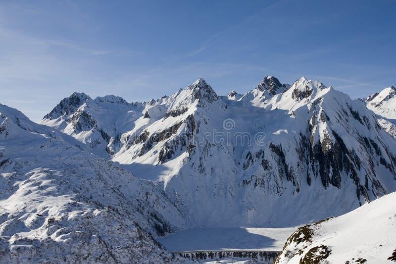 Lago congelado nos alpes no inverno imagem de stock