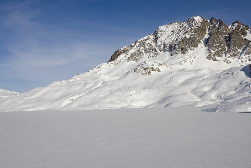Lago congelado nos alpes no inverno foto de stock royalty free