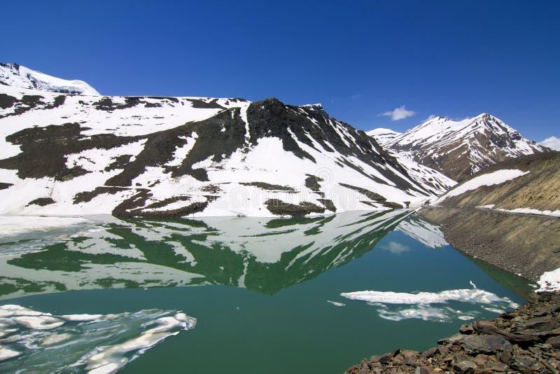 Lago congelado Suraj metade tal na estrada de Leh Manali fotos de stock