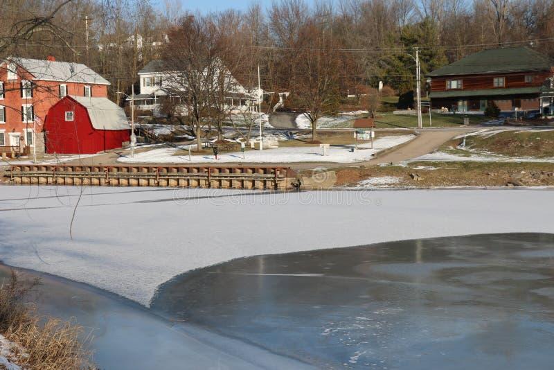 Lago congelado vermont Vergennes e casa vermelha imagens de stock royalty free