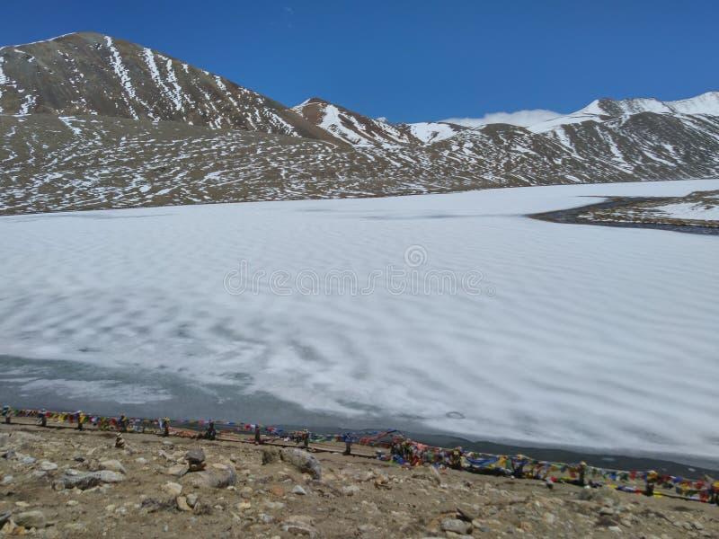 Lago congelato Gurudongmar, durante il mese di maggio, situato nel Sikkim del nord fotografie stock libere da diritti
