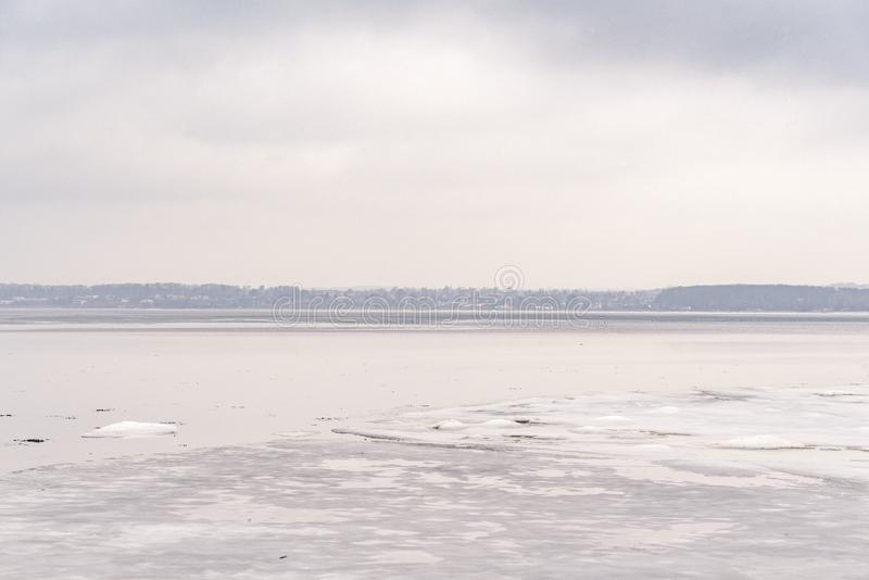 Lago congelato nell'orario invernale con ghiaccio fotografia stock