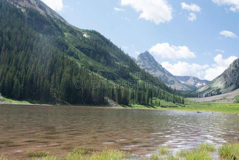 Lago crater en el desierto marrón de Belces Snowmass en Aspen Colorado con un cielo azul y las nubes en verano fotografía de archivo libre de regalías