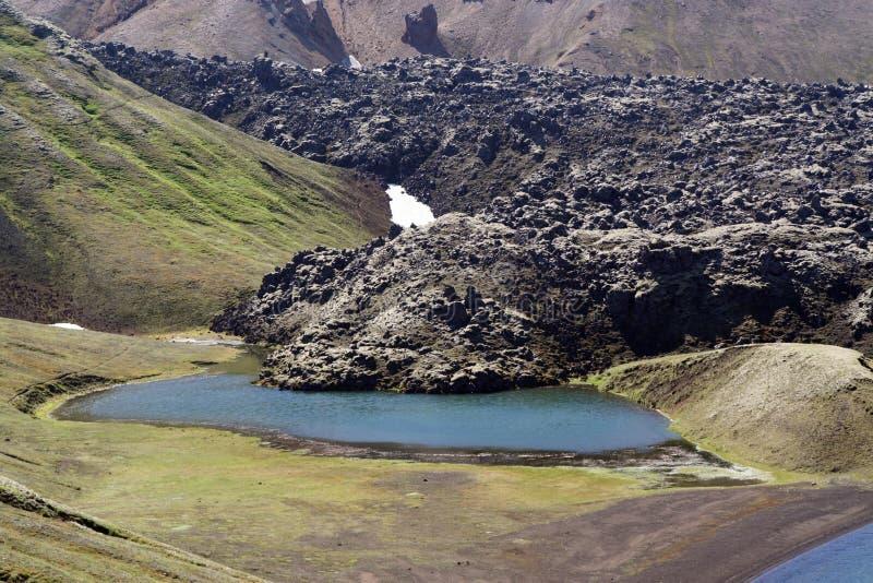 Lago crater en el volcán de Laki con la lava negra sourrounded por las montañas rugosas, Islandia fotos de archivo libres de regalías