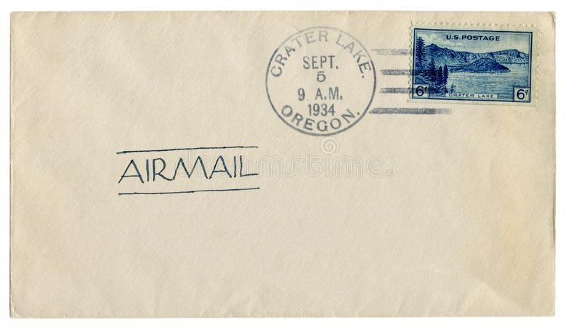 Lago crater, Oregon, Os EUA - 5 de setembro de 1934: Envelope histórico dos E.U.: tampa com vista panorâmica azul do selo postal  fotos de stock