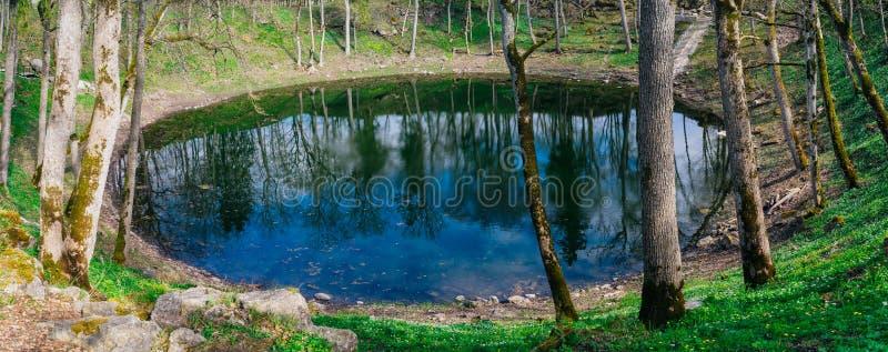 Lago in cratere della meteorite di Kaali entro primavera, Saaremaa immagini stock