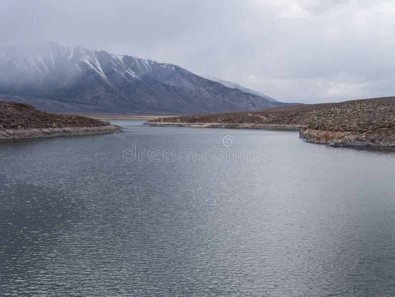 Lago Crowley na serra oriental Nevada Range foto de stock royalty free