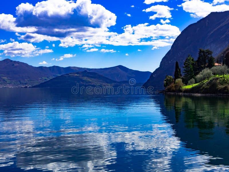 Lago D ` Iseo Riva di Solto stock fotografie