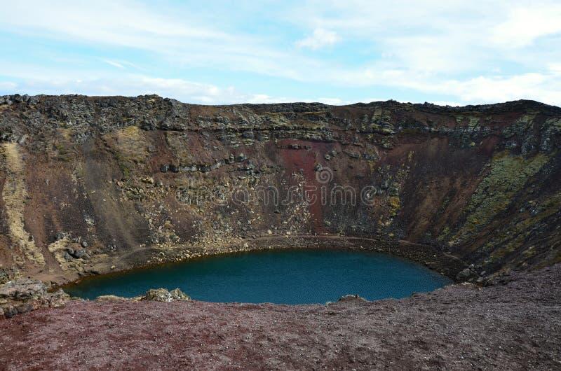Lago da cor de turquesa de Kerid na Islândia foto de stock