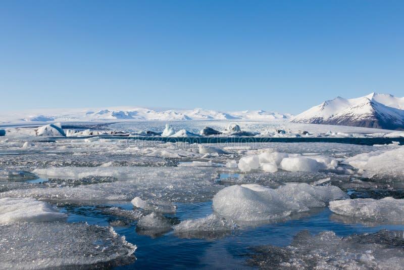 Lago da estação do inverno de Islândia com o céu azul claro imagem de stock