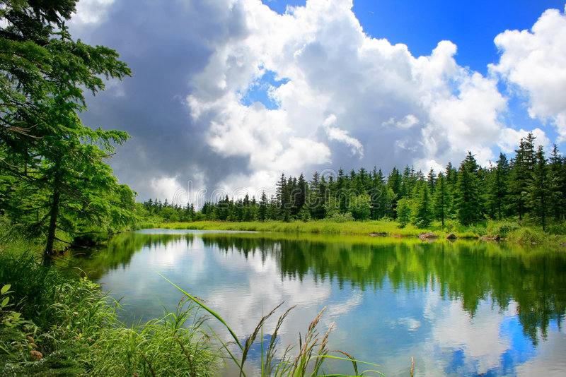 Lago da montanha da extremidade das nuvens fotos de stock royalty free