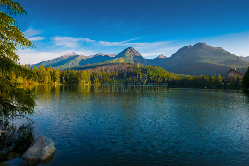Lago da montanha da manhã no parque nacional Tatra alto imagens de stock