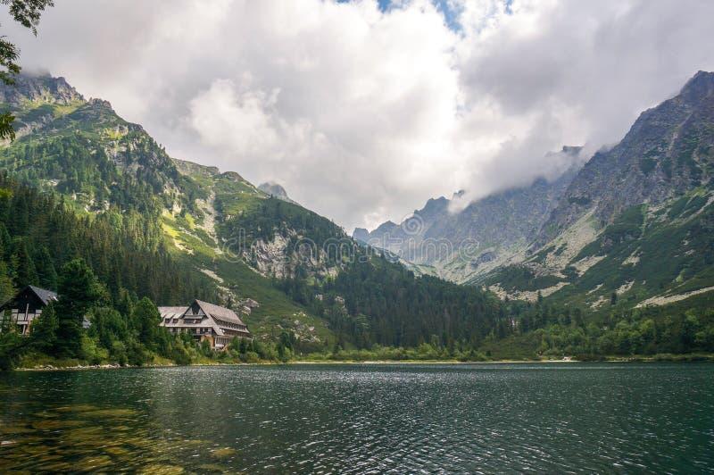 Lago da montanha de Popradske Pleso, Eslováquia fotos de stock