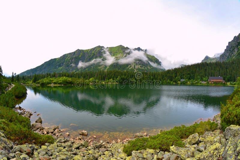 Lago da montanha de Popradske Pleso na cordilheira alta de Tatras em Eslováquia fotos de stock royalty free