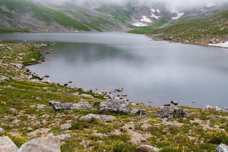 Lago da montanha rochosa sobre mt Evans Colorado imagens de stock royalty free