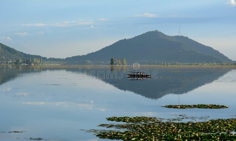 Lago Dal con el parque en Srinagar, la India fotografía de archivo libre de regalías