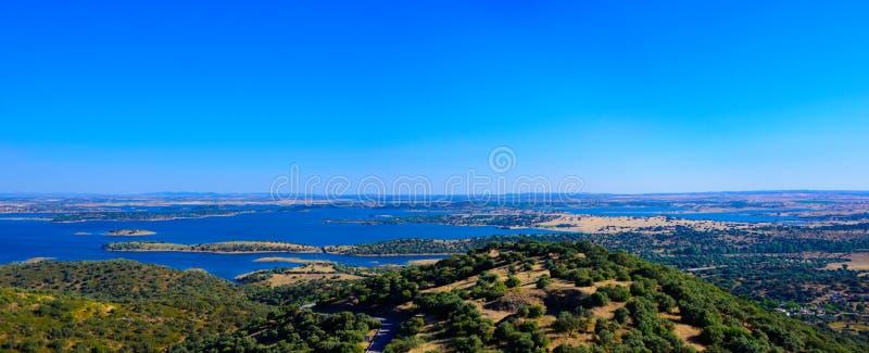 Lago dam di Alqueva, paesaggio della pianura dell'Alentejo, viaggio Portogallo del sud immagini stock