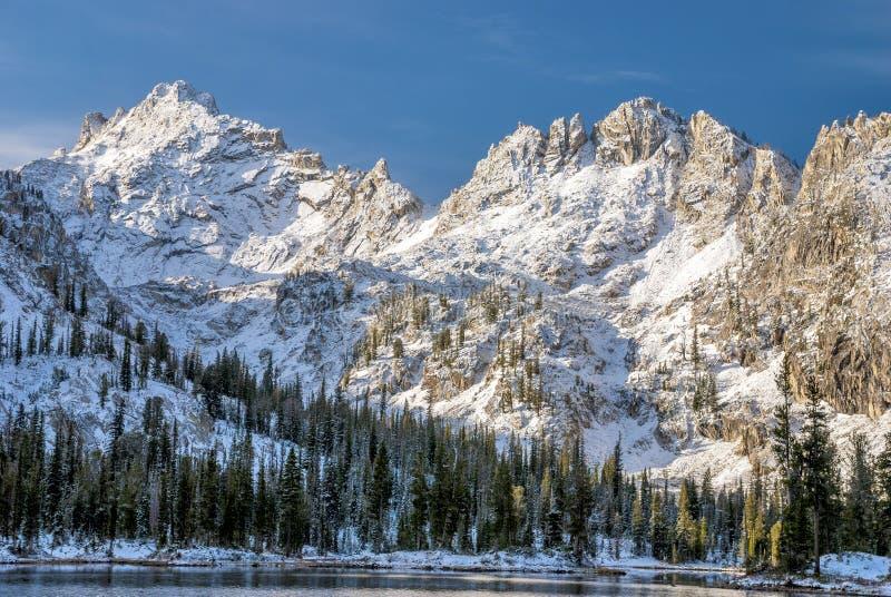 Lago das montanhas de Idaho no inverno com picos bonitos imagem de stock royalty free