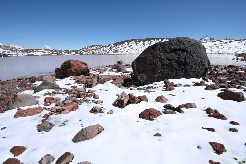 Lago das pedras, das rochas, da neve e da montanha, Cáucaso. imagem de stock royalty free