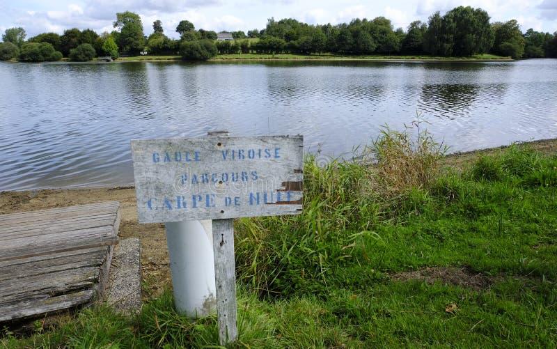 Lago Dathee, Lac de la Dathee, posto popolare per pesca di notte sulla carpa, sull'yacht e sul golf in Normandia, Francia fotografia stock
