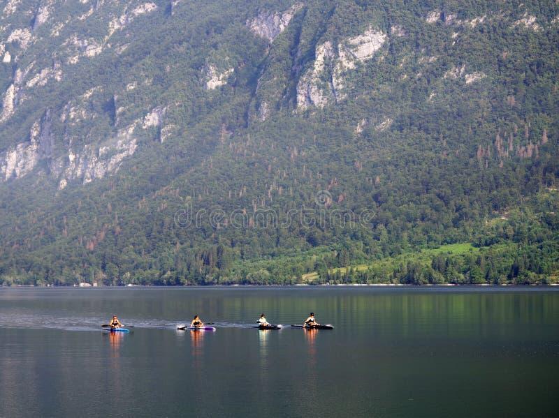 LAGO DE BOHINJ, PARQUE NACIONAL DE TRIGLAV, ESLOVENIA, JULIO, 27 2019: Kajaks por una mañana de niebla en el lago Bohinj, Esloven fotos de archivo libres de regalías