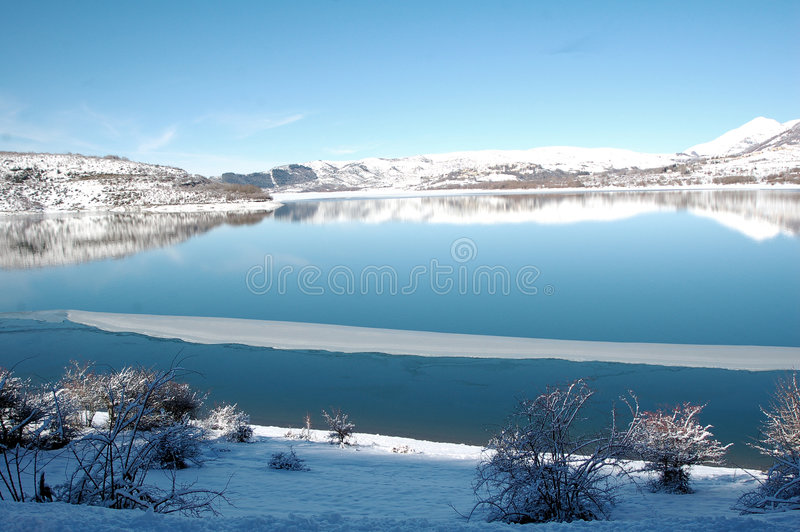 Lago de Campotosto, Abruzos, Italia imagen de archivo libre de regalías
