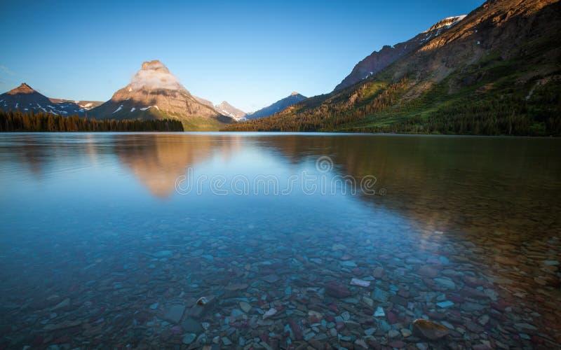 Lago de duas medicinas, parque nacional de geleira, na manhã imagens de stock