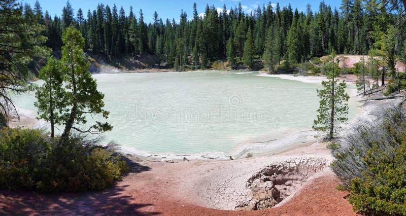 Lago de ebulição da mola no parque nacional vulcânico de Lassen fotos de stock royalty free