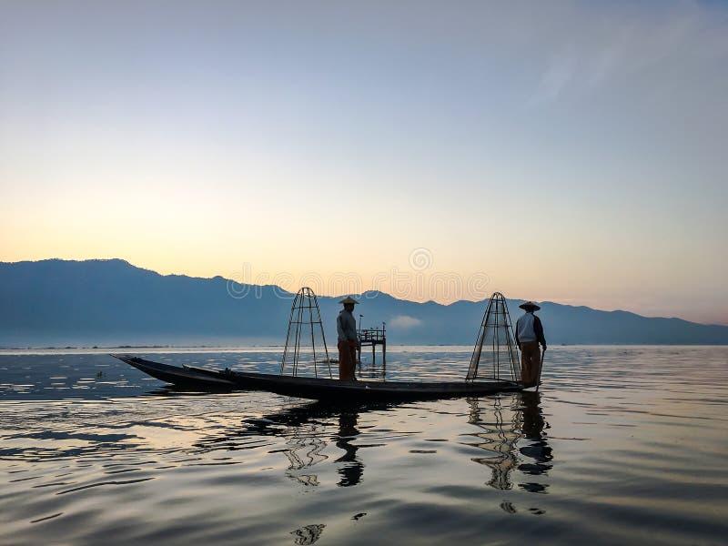 LAGO DE INLE, MYANMAR - 20 DE ENERO DE 2017: Catchin birmano del pescador foto de archivo libre de regalías