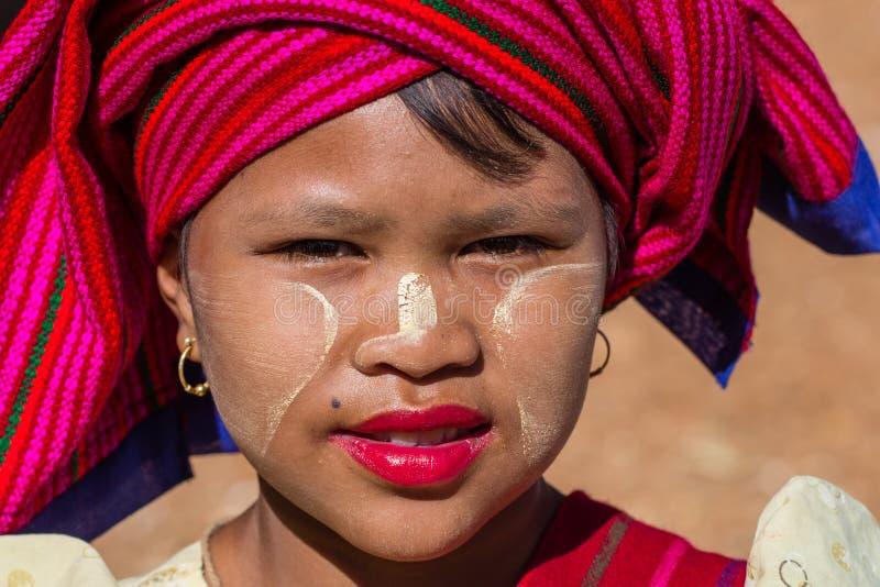 LAGO de INLE, MYANMAR - 30 de noviembre de 2014: una muchacha no identificada adentro foto de archivo