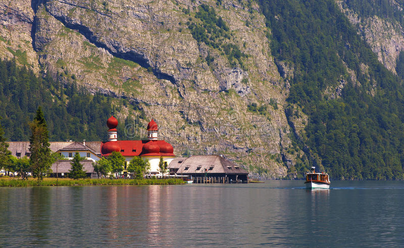 Lago de Königsee com a igreja do st Bartholoma foto de stock royalty free