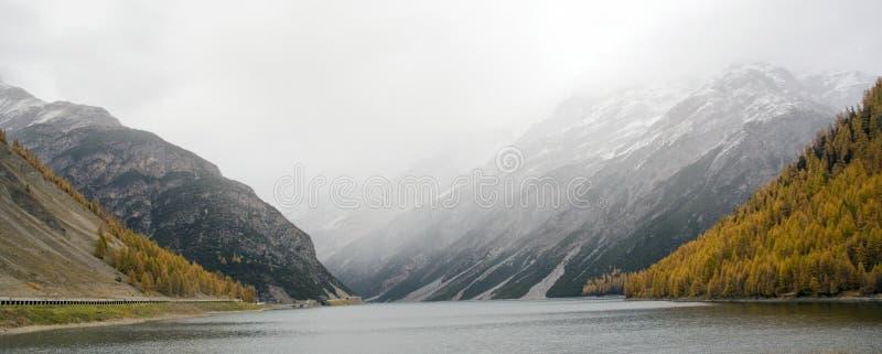 Lago de la montaña del otoño imagen de archivo libre de regalías