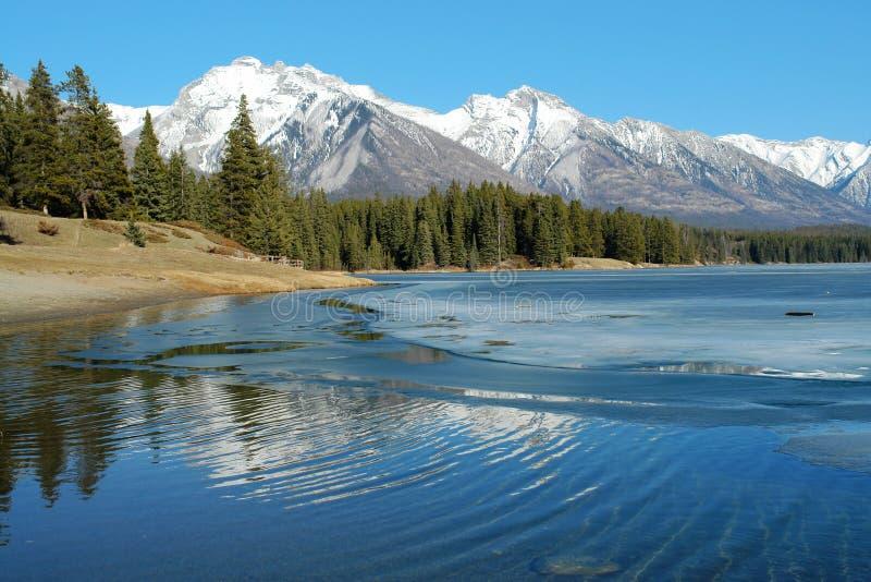 Lago de la montaña del resorte imagen de archivo libre de regalías