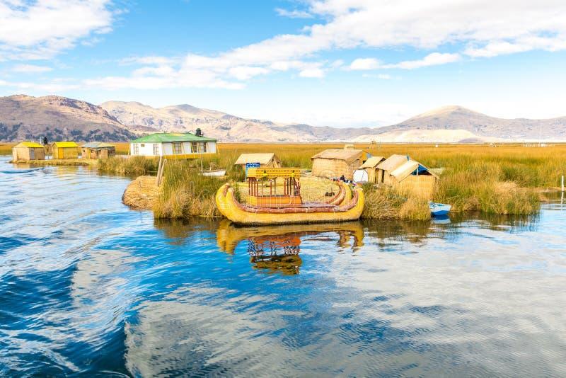 Lago de lingüeta tradicional Titicaca do barco, Peru, Puno, Uros, Ámérica do Sul, ilhas de flutuação, camada natural foto de stock royalty free