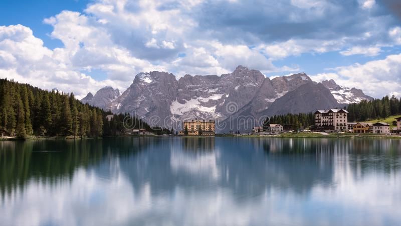 LAGO de MISURINA, Cortina d'Ampezzo, DOLOMITES, ITÁLIA foto de stock