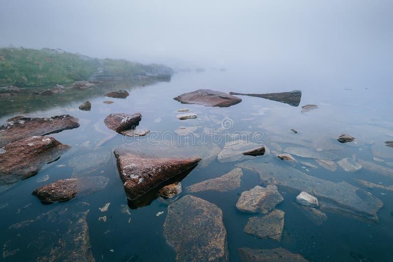 Lago de niebla mountain: Pleso nad Skokom, Eslovaquia fotos de archivo