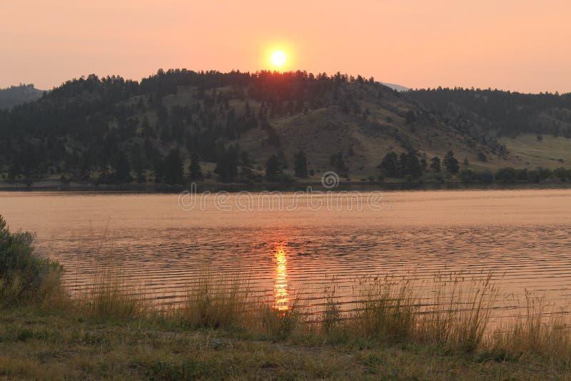 lago de oro del espejo de la salida del sol de la montaña de Montana fotos de archivo libres de regalías
