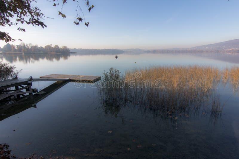 Lago de Pusiano foto de stock royalty free